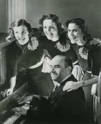 Sholom Secunda w towarzystwie The Andrews Sisters<br/>Fot. milkenarchive.org